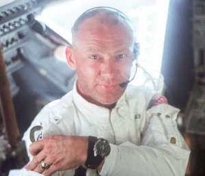 Immagine di Buzz Aldrin con al polso il primo orologio sulla Luna